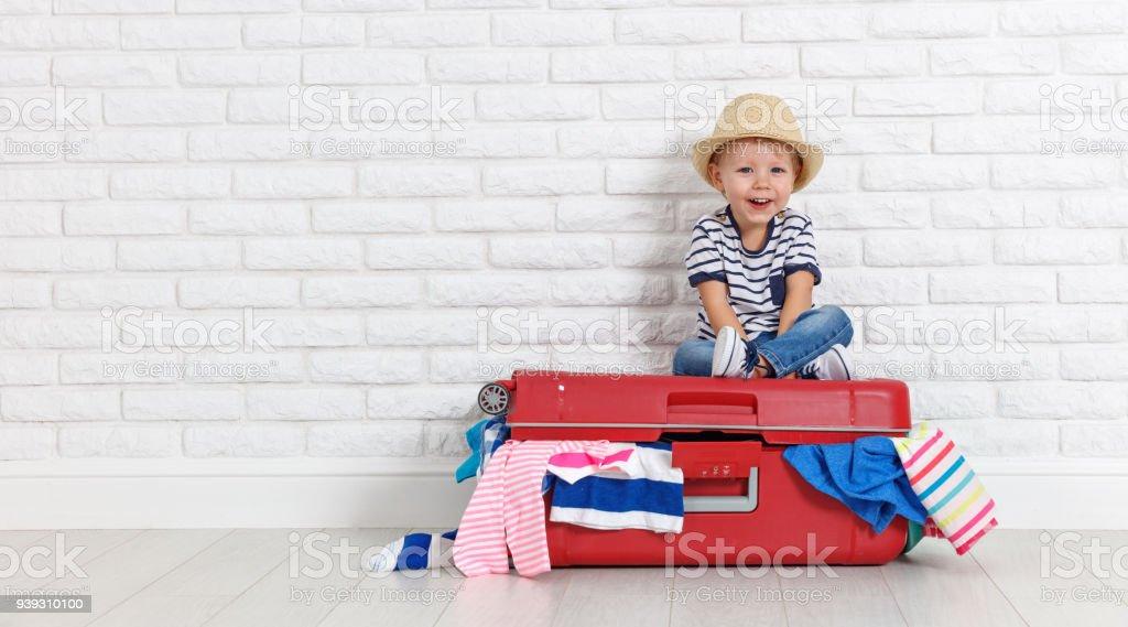 Konzept-Reisen. fröhlicher lustige junge Kind mit Koffer – Foto