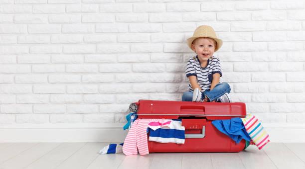 konzept-reisen. fröhlicher lustige junge kind mit koffer - babytasche stock-fotos und bilder