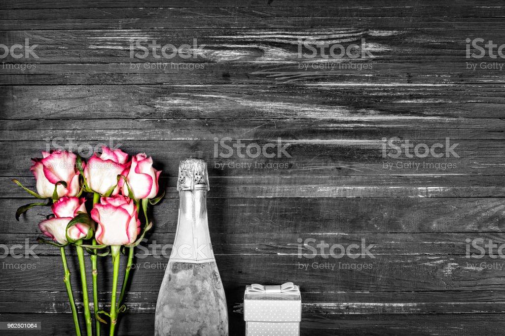 Conceito dia dos namorados, dia da mulher, dia das mães, dia do casamento, aniversário. Champagne, rosas, vista superior, cópia spac - Foto de stock de Acima royalty-free