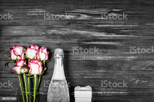 Foto de Conceito Dia Dos Namorados Dia Da Mulher Dia Das Mães Dia Do Casamento Aniversário Champagne Rosas Vista Superior Cópia Spac e mais fotos de stock de Acima