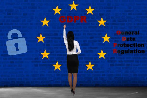 Concepto GDPR. Mujer muestra sobre Reglamento General de protección de datos. Nuevo derecho de la de 2018. - foto de stock
