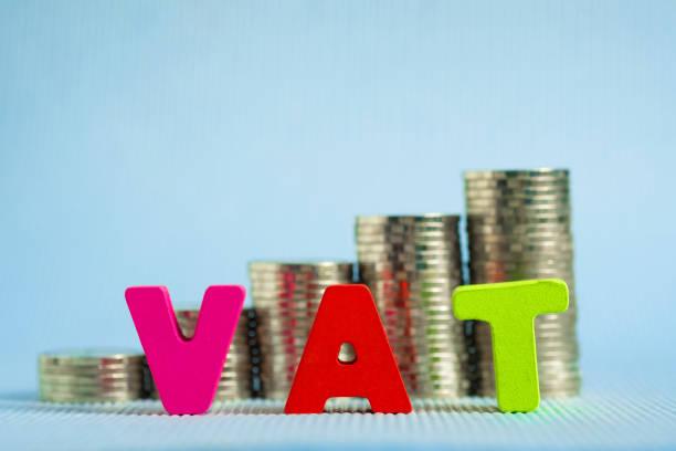 KDV (katma değer vergisi) kavramı. Word KDV alfabe odun yığını bozuk para, iş ve finansal kavramı ile yapılmış. stok fotoğrafı