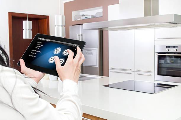konzept der küche intelligent kontrolliert tablet-applikation. - telefonschrank stock-fotos und bilder