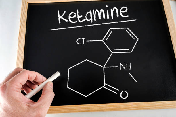 conceptueel diagram getekend met krijt op een bord van de ketamine, onderwijs concept - ketamine stockfoto's en -beelden