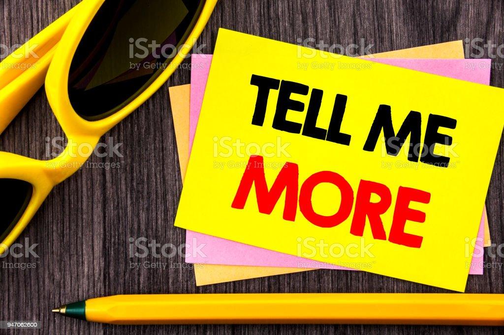 Konzeptionelle Hand Text zeigt Tell Me More. Business Foto präsentiert Beratung Anleitung Neugier im Coaching auf Stiky Notizpapier mit Stift auf dem Holz Hintergrund geschrieben. – Foto