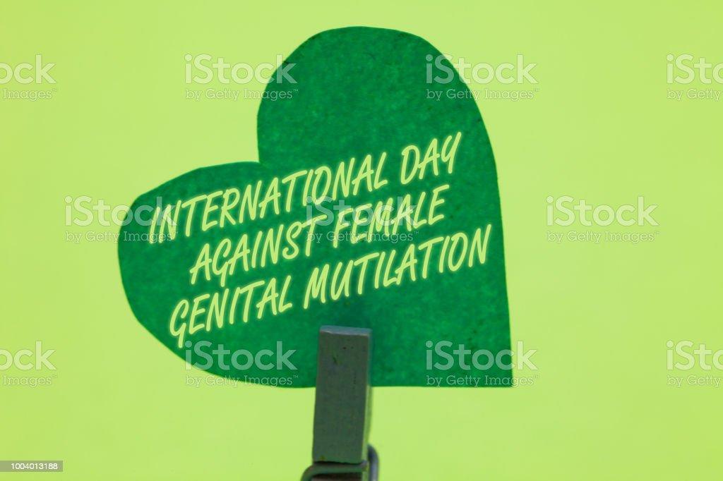 Konzeptionelle Handschrift, zeigt der internationale Tag gegen weibliche Genitalverstümmelung. Business Foto Bewusstsein Tag Februar Wäscheklammer Holding Grünbuch Herzen romantische Nachricht Ideen zu präsentieren. – Foto