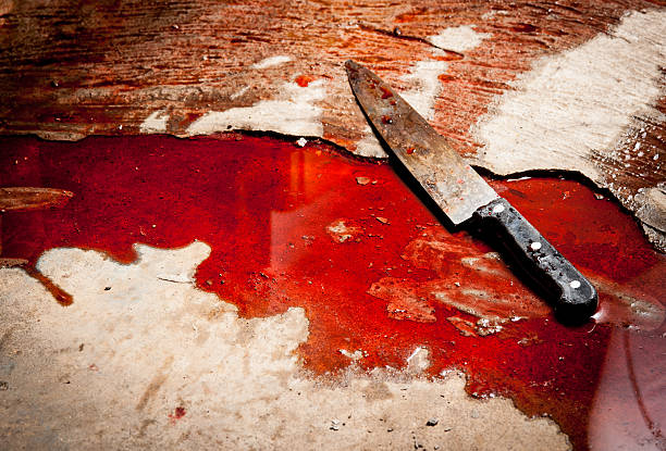 conceptual image of a sharp knife with blood on floor - 殺 個照片及圖片檔