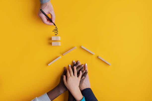 Konzeptuelles Bild von Familienwerten und Adoption. – Foto