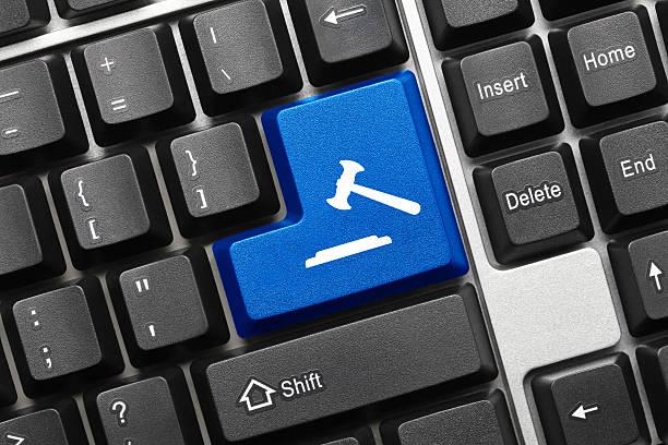 Konzeptionelle Tastatur-Taste mit einem Richterhammer symbol blau – Foto