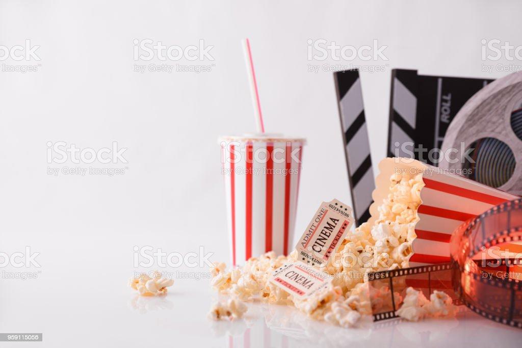 Objetos conceptuales del cine con el frente de fondo blanco - foto de stock