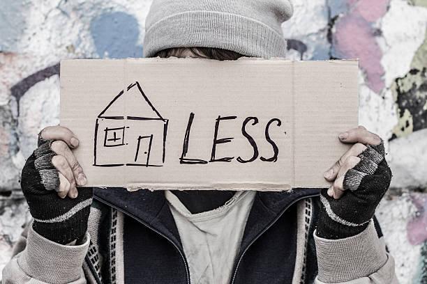 """conceptual shooting """"homeless"""" - sin techo fotografías e imágenes de stock"""