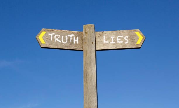 konzeptionelle wegweiser - wahrheit und lüge - wahre lügen stock-fotos und bilder