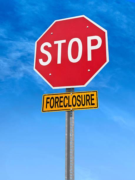 conceptual señal de pare (stop) con word embargo hipotecario - embargo hipotecario fotografías e imágenes de stock