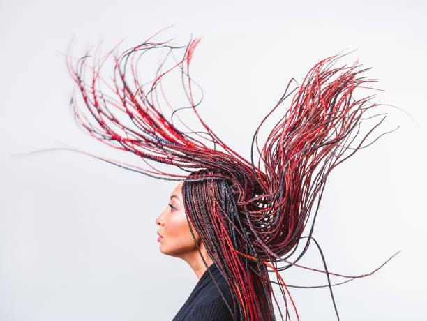 plan conceptuel de studio d'une femme créatrice moderne avec les redoutes tressées colorées de vol - coiffure africaine photos et images de collection