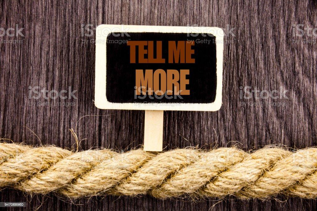 Konzeptionelle Textschreiben Tell Me More zeigt. Business Foto präsentiert Beratung Coaching geschrieben Tafel hängen am Seil auf dem hölzernen Hintergrund Anleitung Neugier In – Foto