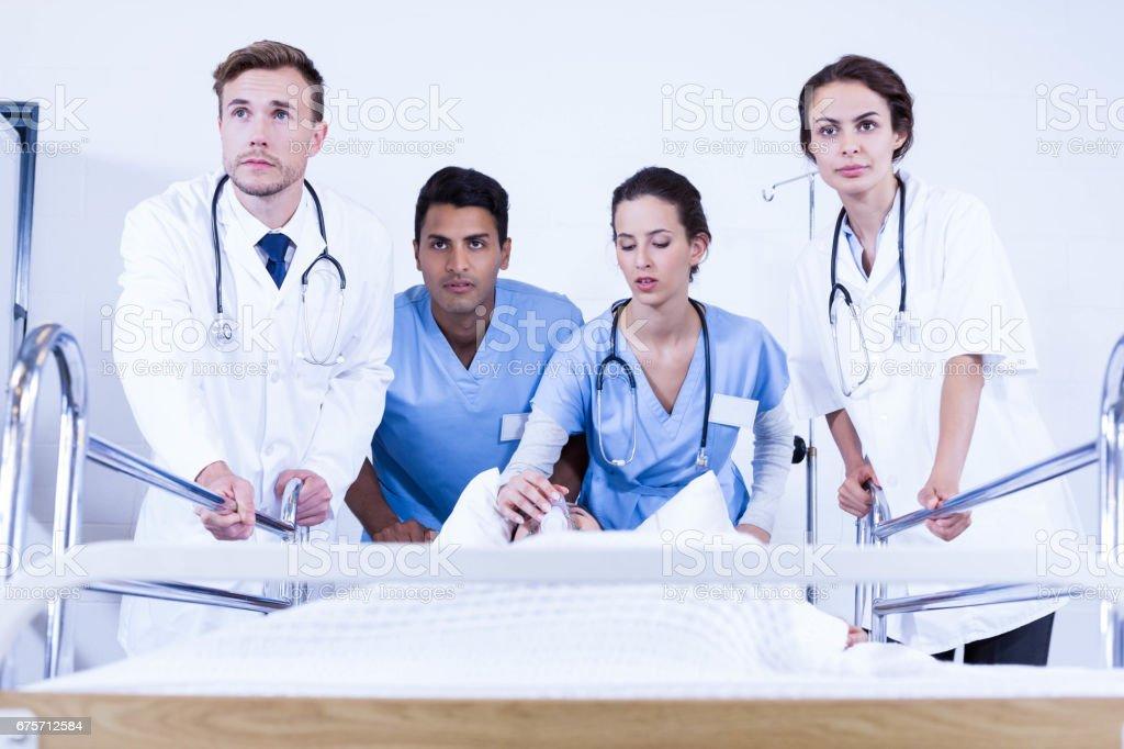 有關的醫生站在病人的床上 免版稅 stock photo