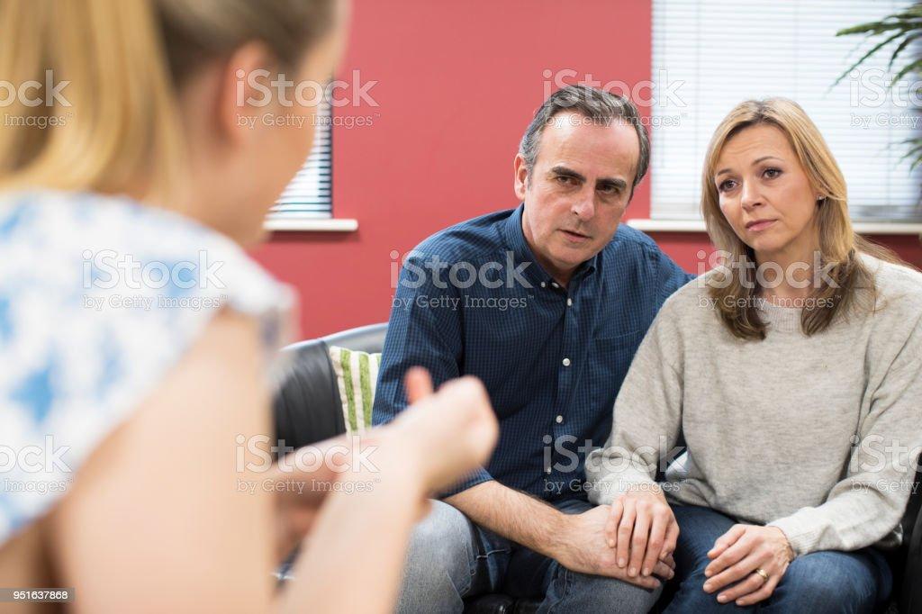 Betreffenden Älteres Paar mit weiblichen Berater sprechen – Foto