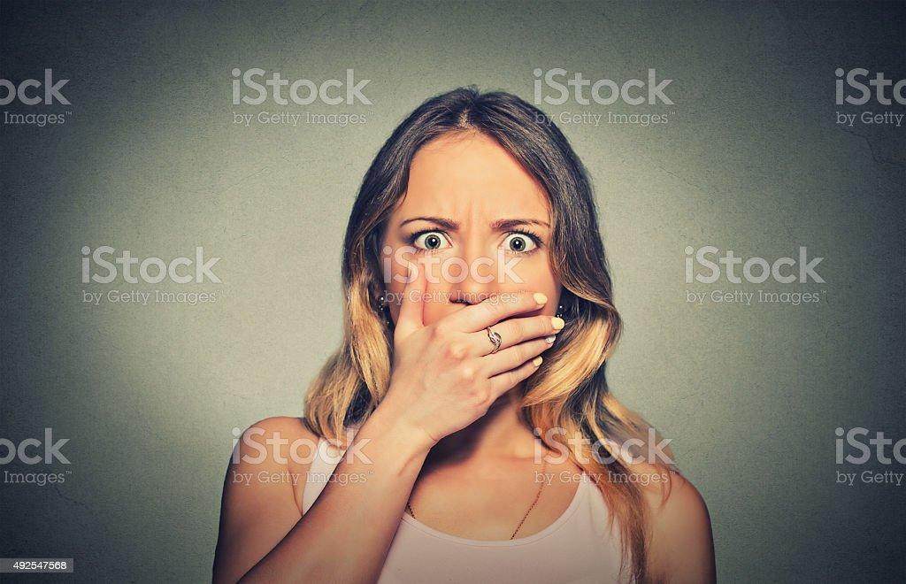 Es schockiert Angst Frau auf den Mund – Foto