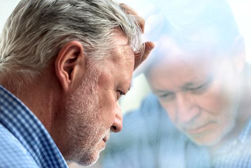 Betroffenen Senior Mann Stockfoto und mehr Bilder von 60-64 Jahre