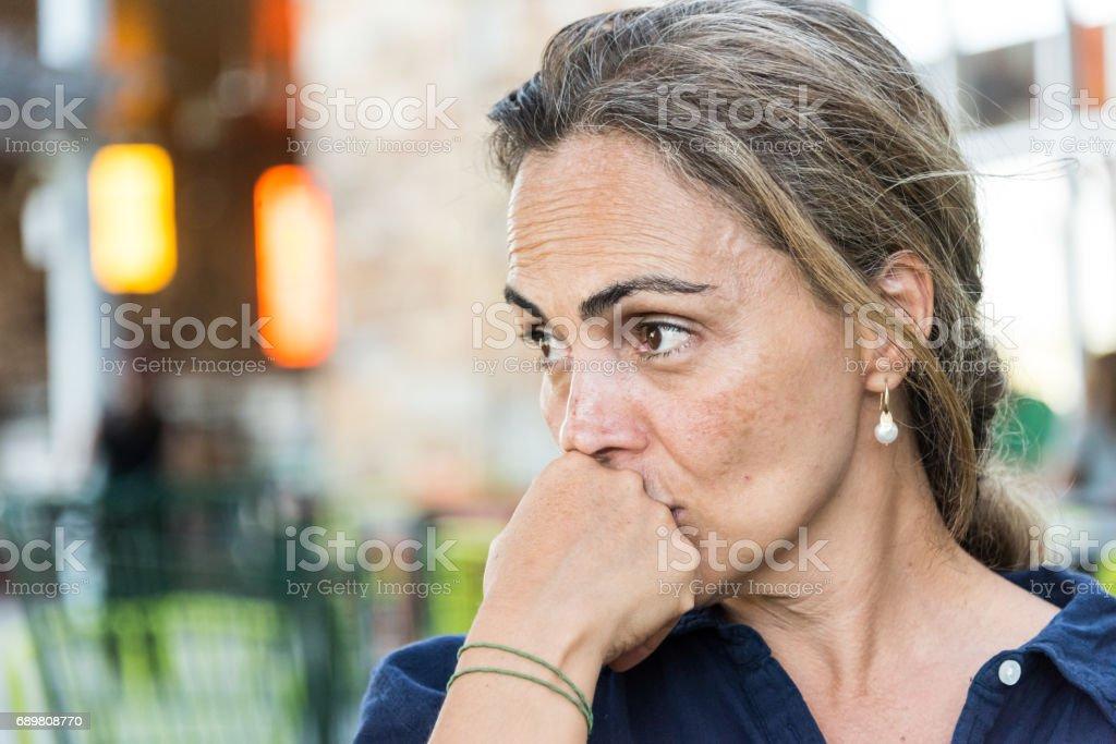 Mulher madura grave em causa - foto de acervo