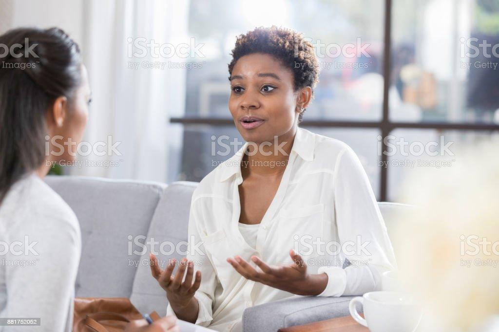 Femme concernés parle avec thérapeute - Photo