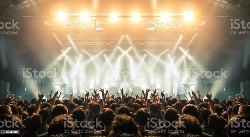 Arène de concert avec les fans clapping photo libre de droits