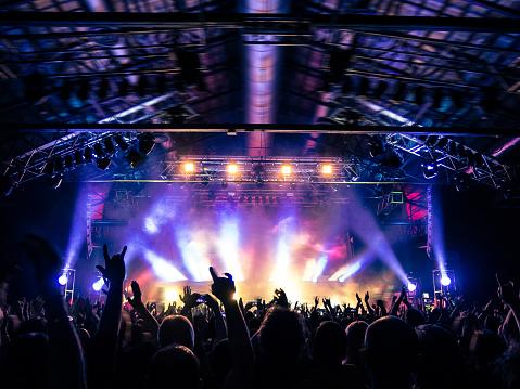 コンサートの群集の拍手 - イタリアのストックフォトや画像を多数ご用意