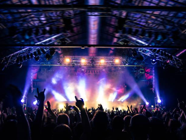 コンサートの群集の拍手 - 芸能・娯楽施設 ストックフォトと画像