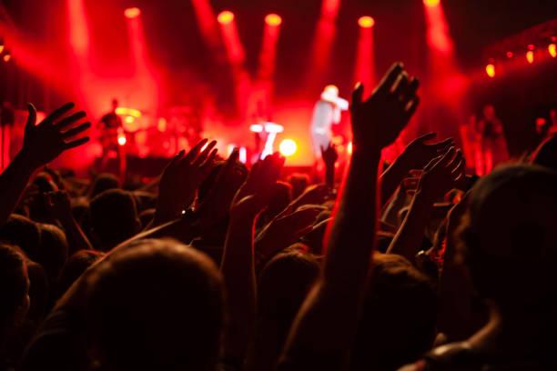 Konzert-Publikum während Festivals, Hände vieler Menschen – Foto