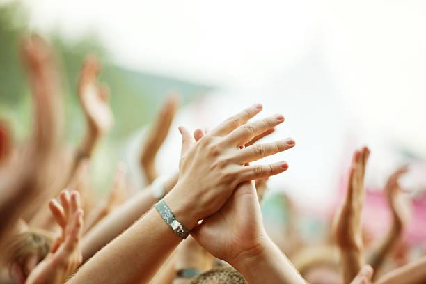 посетители концерта - браслет стоковые фото и изображения