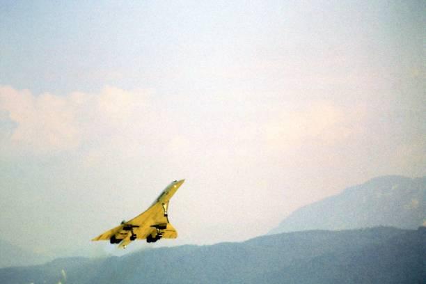 avion concorde décoller - avion supersonique concorde photos et images de collection