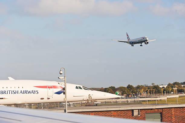 concorde à l'aéroport de londres heathrow - avion supersonique concorde photos et images de collection