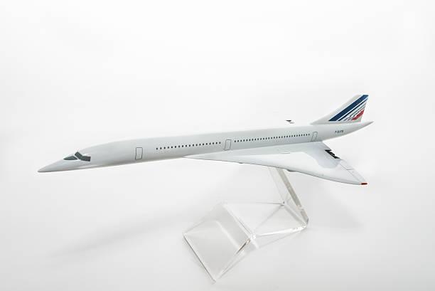 concorde plane model on white - avion supersonique concorde photos et images de collection