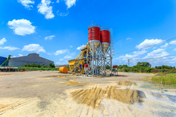 beton, batchverarbeitung pflanze, blauer himmel - betonwerkstein stock-fotos und bilder