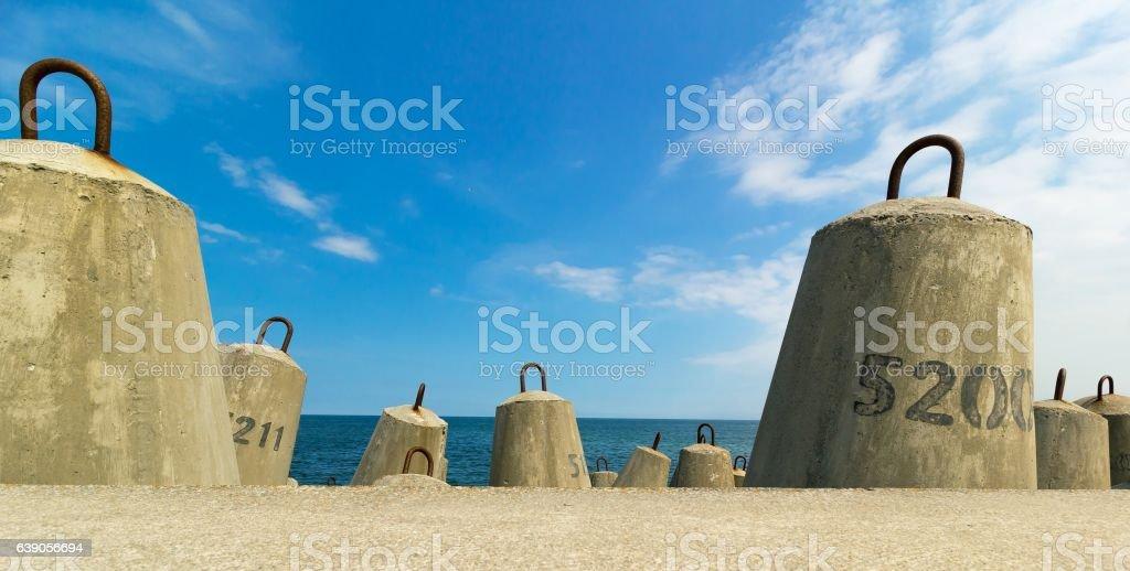concrete block breakwater and baltic sea – zdjęcie
