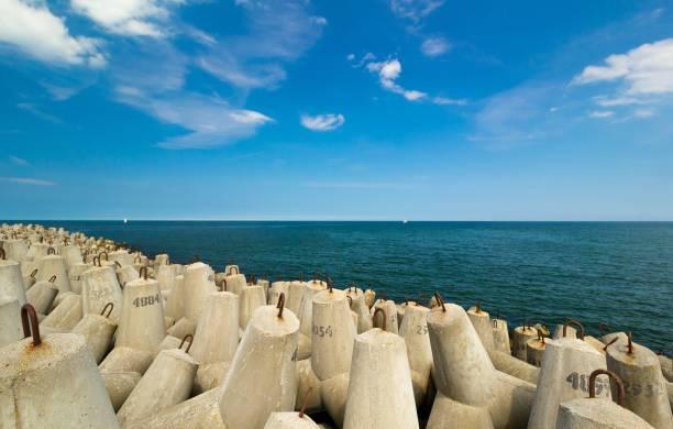 concrete breakwater by the sea – zdjęcie