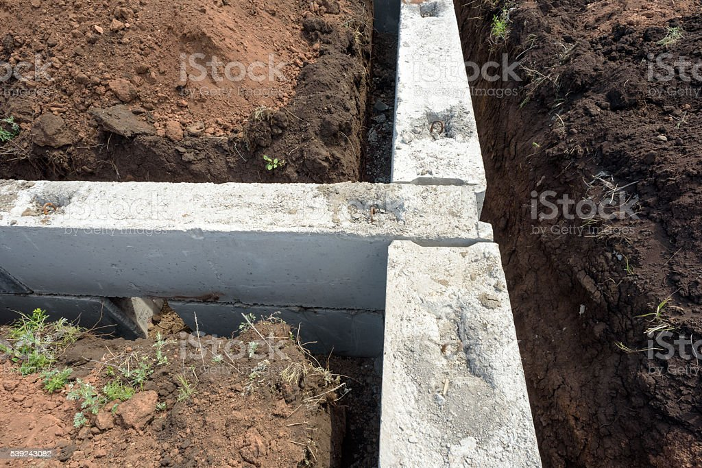 Bloque de construcción de cimientos de hormigón casa en tierra foto de stock libre de derechos