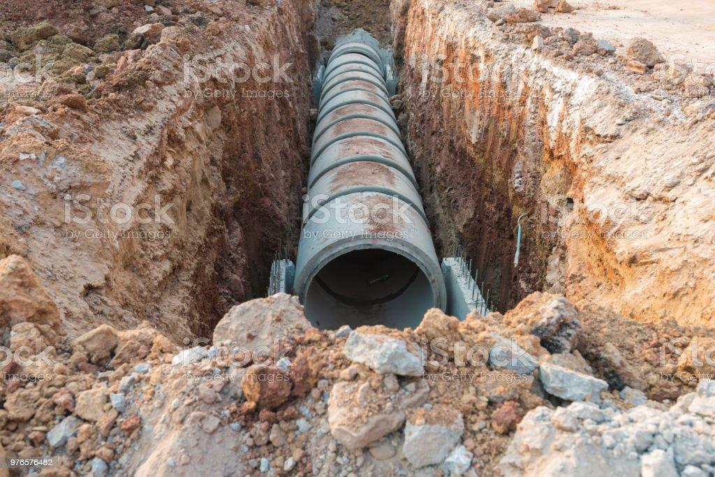 Tubo de drenaje concreto cerca de la industria de la construcción. - foto de stock