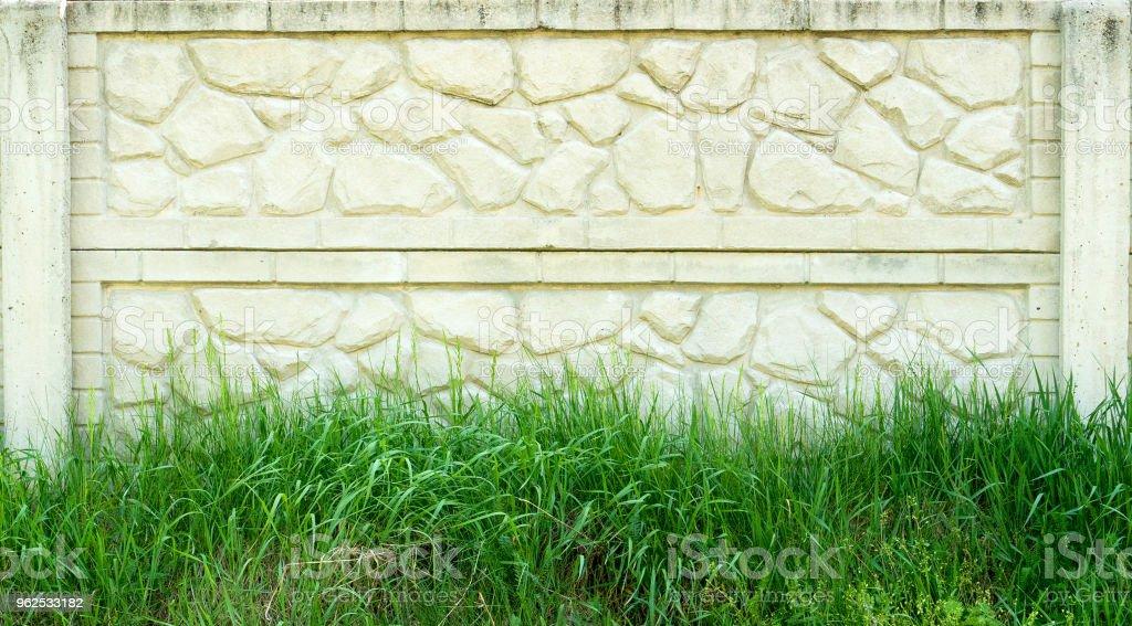 Cerca de concreta sobre um fundo de relva verde. plano de fundo - Foto de stock de Antigo royalty-free