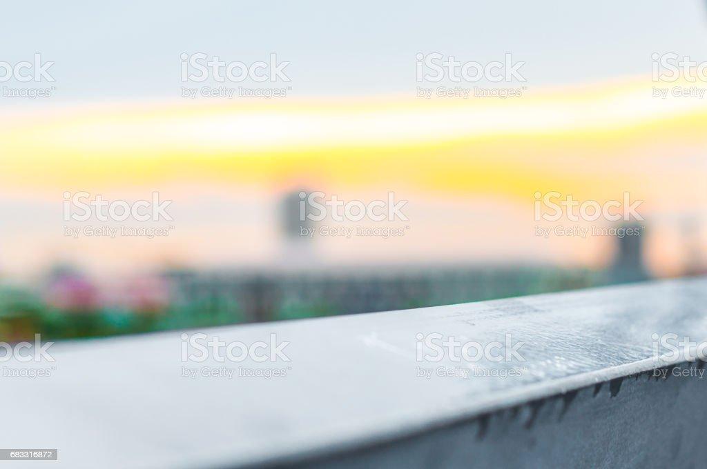 Betonggolv med stadsutsikt på kvällshimlen royaltyfri bildbanksbilder