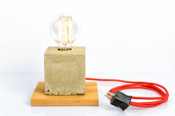 konkrete lampe mit modernen led glühbirne und rote netzkabel - diy beton stock-fotos und bilder