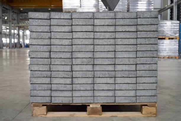 beton oder kopfsteinpflaster graue quadrat pflaster platten - betonwerkstein stock-fotos und bilder