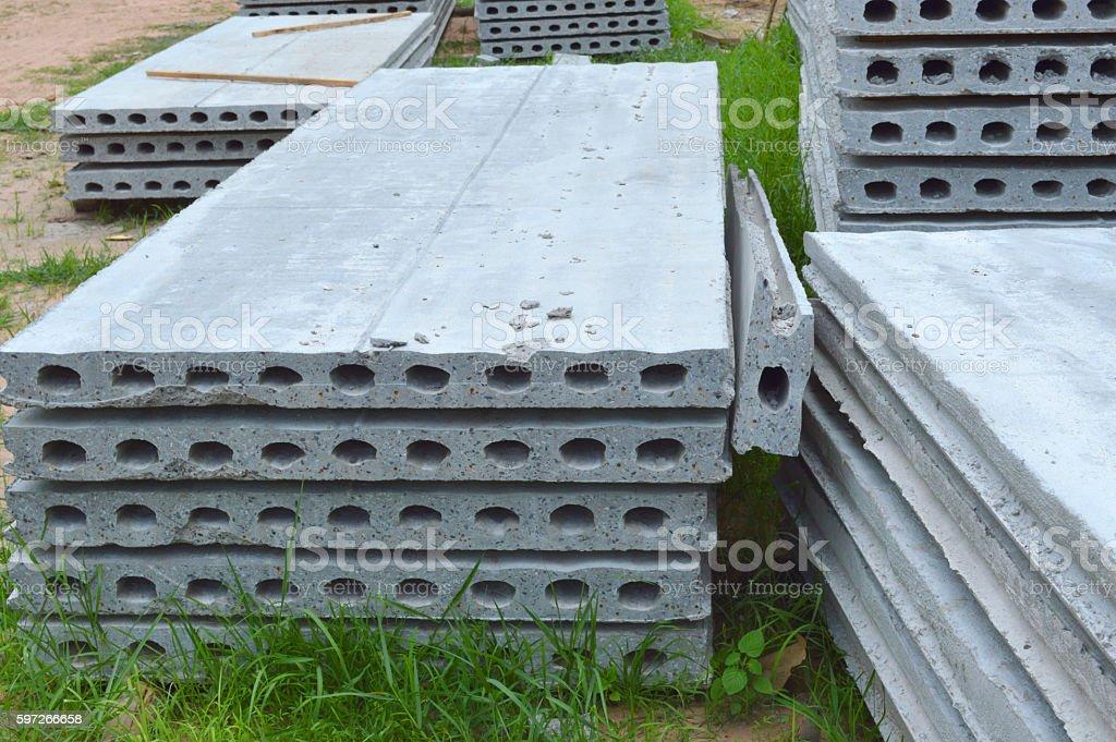 Beton-Platten Leg dich mit dem Rücken auf dem Boden auf Baustelle Lizenzfreies stock-foto