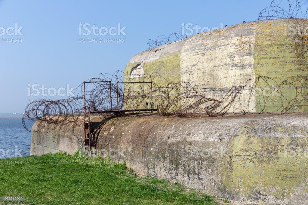 WW2 concrete schuilplaats met prikkeldraad in de buurt van Kornwerderzand op Nederlandse Afsluitdijk foto