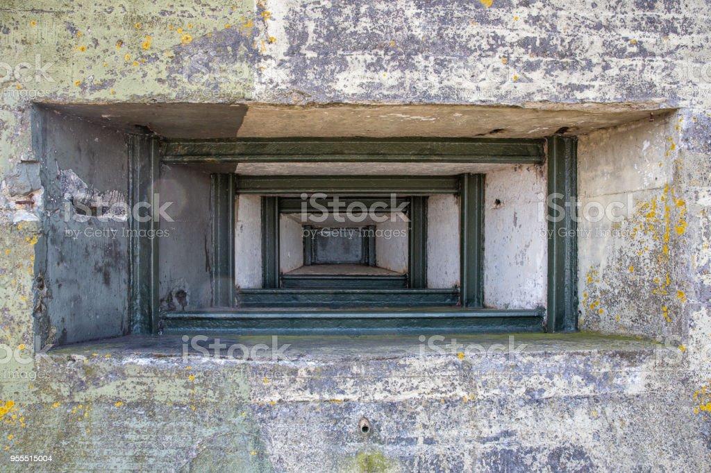 WW2 concrete schuilplaats met pistool-poort in de buurt van Kornwerderzand op Nederlandse Afsluitdijk foto