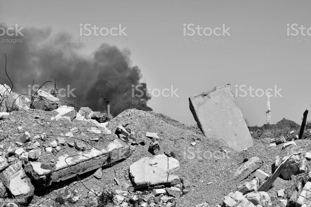 Dalle de béton coincé dans le sol dans le contexte d'une sous-station électrique de fumer. Image noir et blanc - Photo