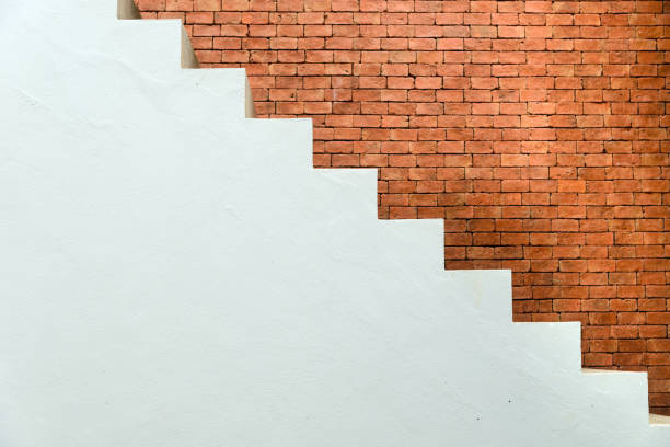 Betontreppe mit Ziegelmauer im Wohnhaus Gebäude der Bauwirtschaft - Seitenansicht – Foto