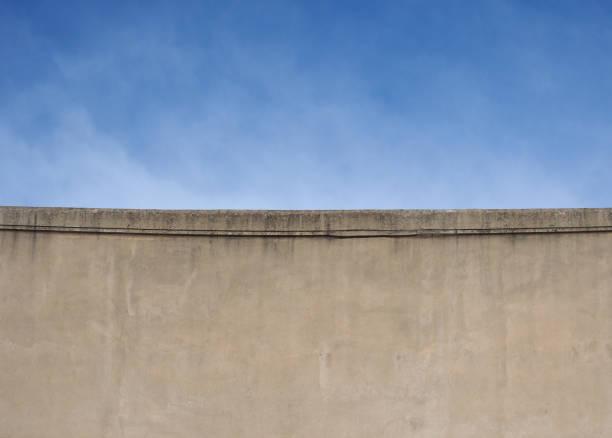 parede de concreto e fundo do céu azul - foto de acervo