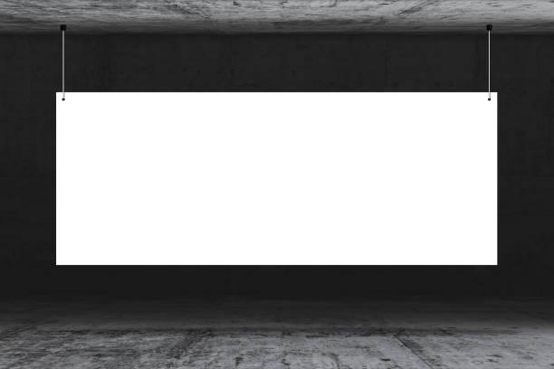 Betonwand mit großer weißer Papierkarte und Lampe. Text auf Papier für Werbung oder Öffentlichkeitsarbeit schreiben – Foto