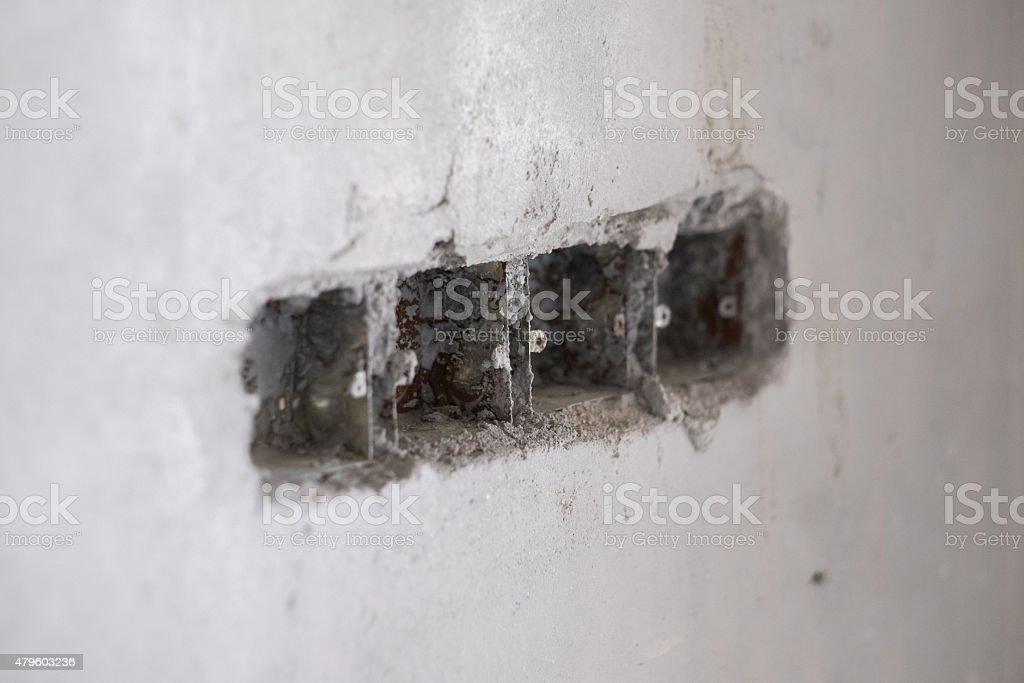 Betonwand mit elektrische Steckdose Loch – Foto